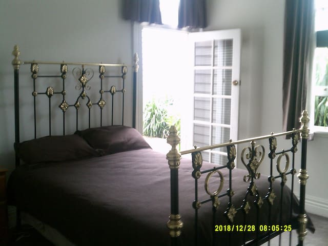 Big room, brass bed.Close to railway station.