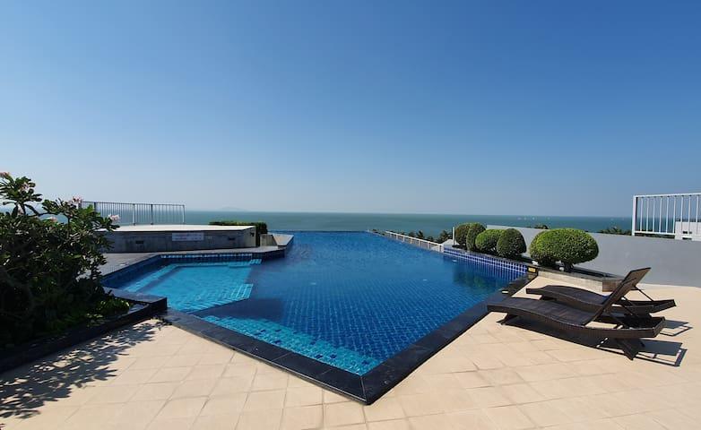 Beautiful Roof Top Swimming pool facing the beach.