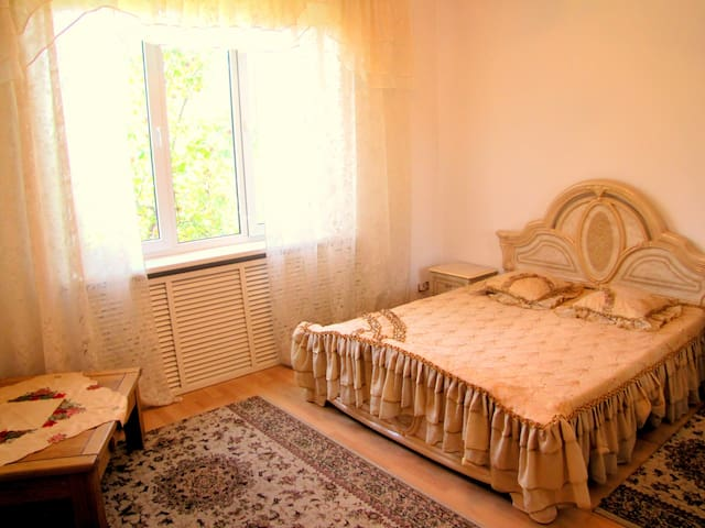 Charming big room 10 mins to center - Almaty - Huis