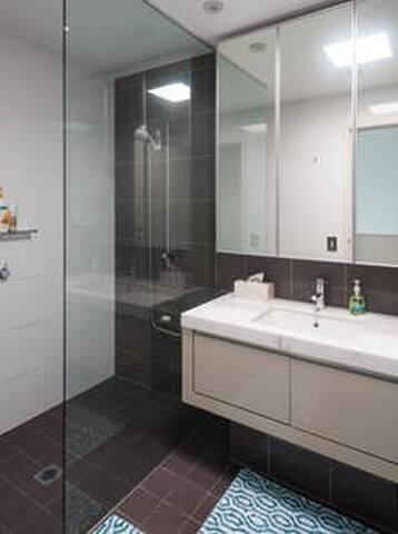 Main bathroom. Large, Walk-in shower.