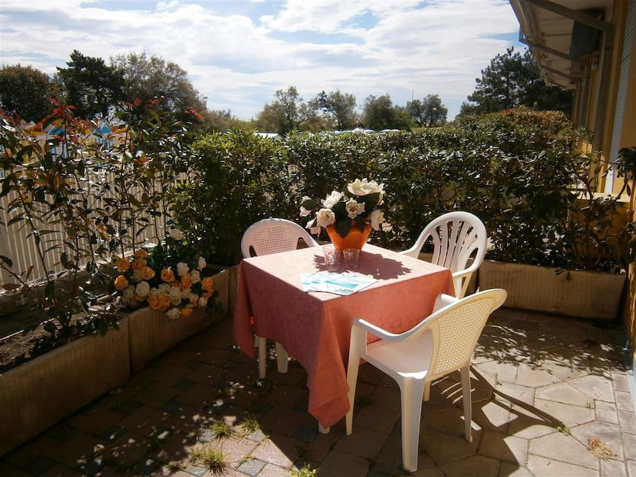 Terrasse mit Gartenmöbel