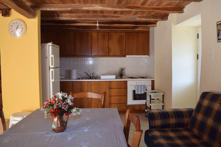 Παραδοσιακη,λιθόκτιστη διώροφη μονοκατοικία