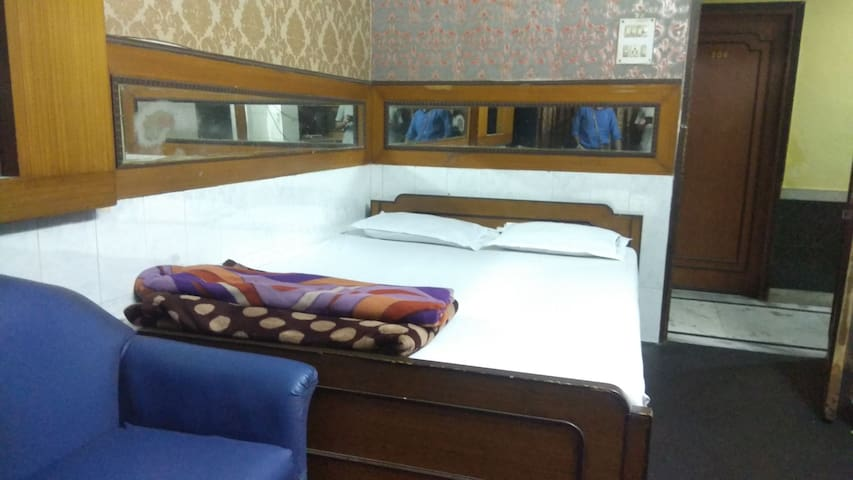 Cozy Rooms in Central Kolkata | Park Street Area
