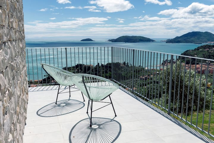 The Poet House. Sea View, pool, parking in Lerici.