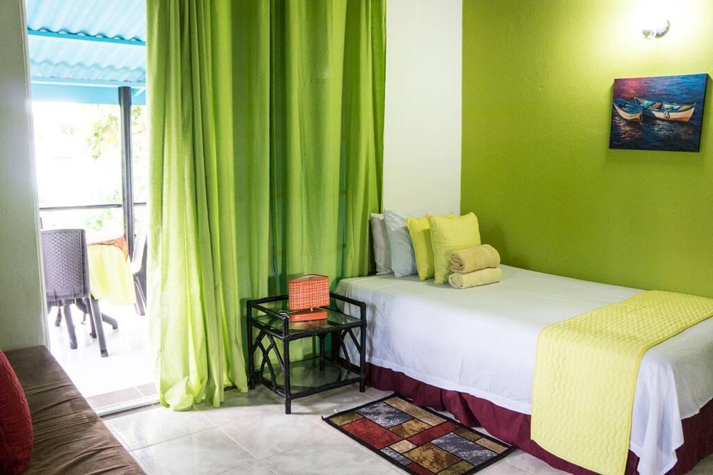 habitación principal cama doble con tv aire nevera