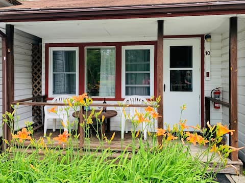 Cottage on Lakeside Waterfront w/Amenities🚣♀️ 10