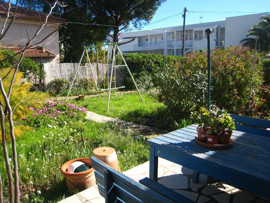Le jardin et les balançoires