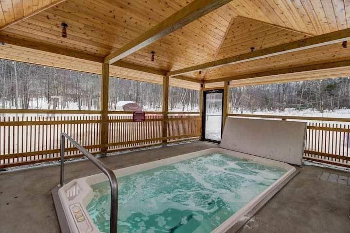Ski-in/ski out from this cozy Vermont condo w/ shared pool, hot tub, & two decks
