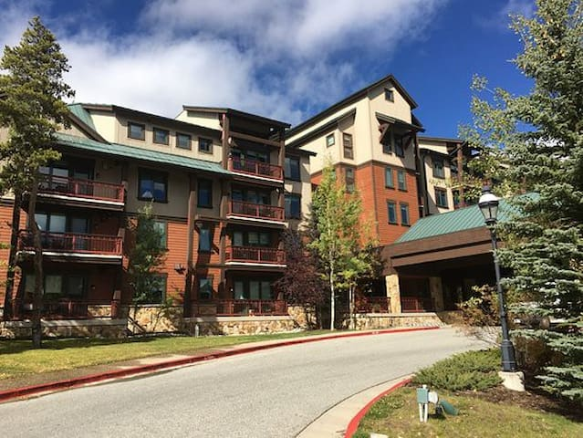 Mountain Lodge/Walk to town 2BR/2BA.