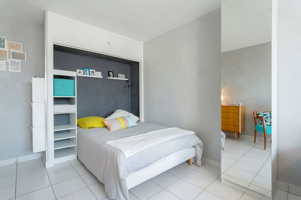 Chambre avec lit 2 places, commode et penderie Bedroom with bed 140x200 cm, cupboard and a closet