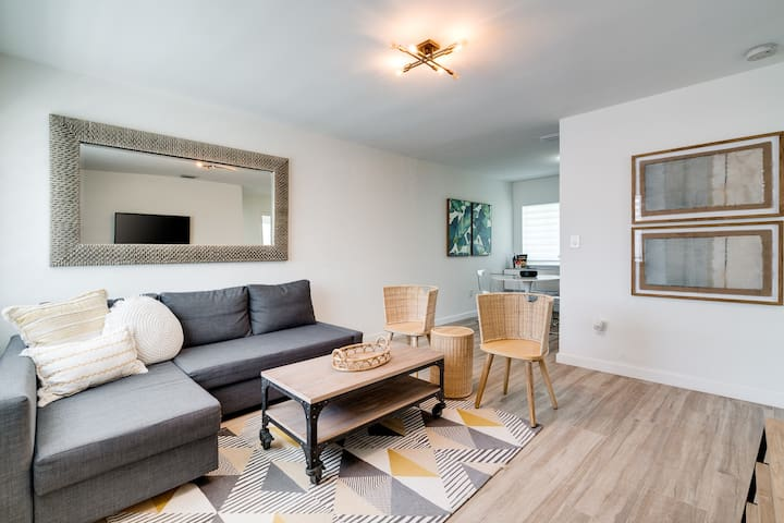 Midtown Bungalow - 2 Bed/ 1 Bath Sleeps 6!