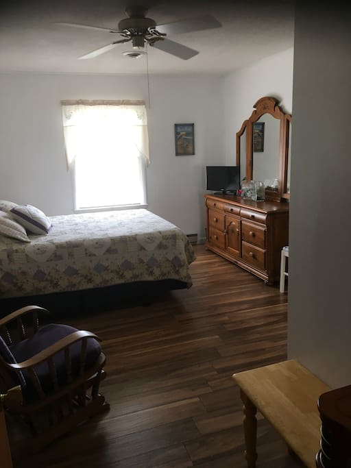 Newly remodeled, queen bed.  Private entrance, secluded room, lots of privacy.