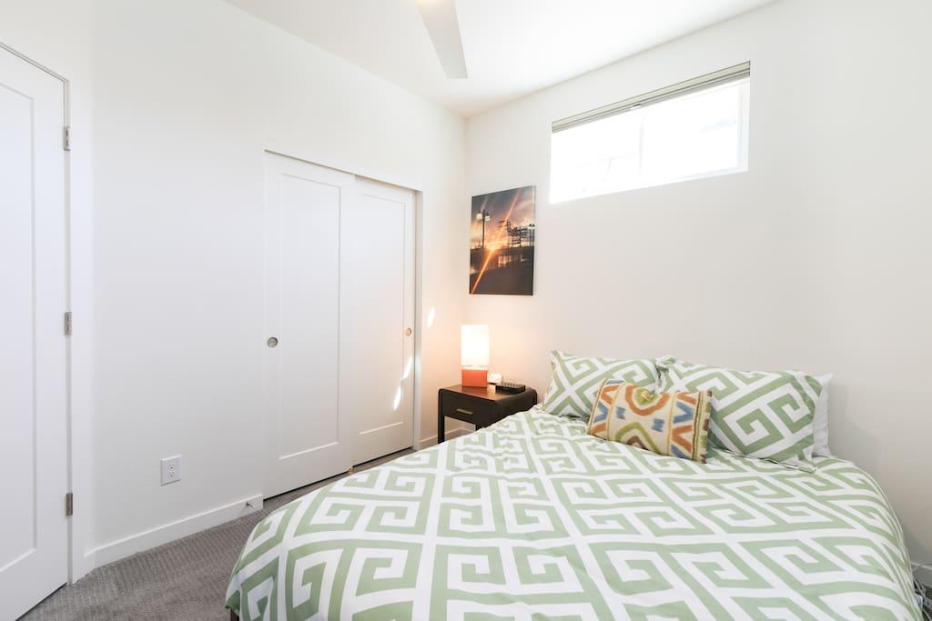 Bedroom w/closet.