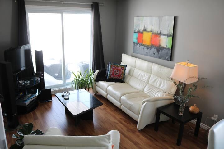 Chambre lumineuse dans un appartement moderne