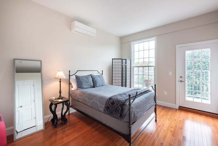 Urban Chic rooftop 1BR apartment & free  parking