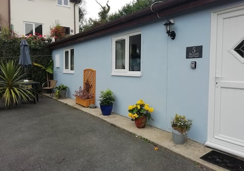 """Cosy """"cwtch cottage"""" in the heart of Laugharne"""
