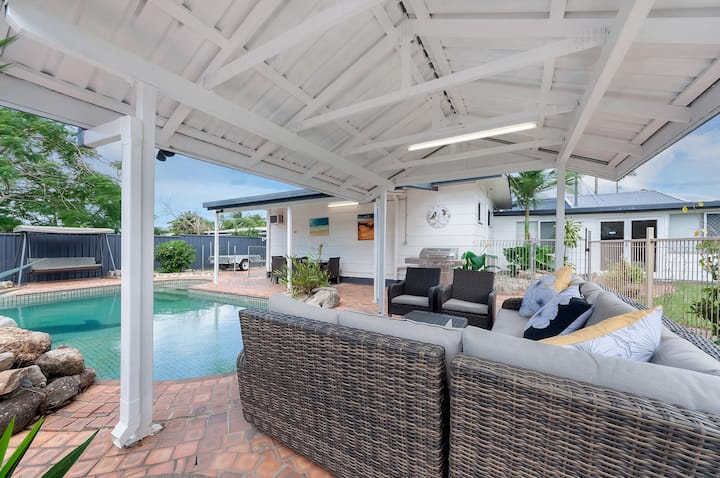 Poolside Retreat in Cairns Room 1