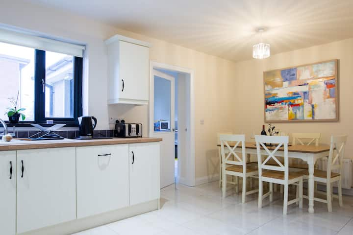 New in Newcastle Sleeps 6 - Driveway Parking