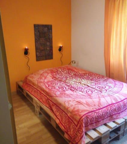 Romantisches Zimmer mit Blick ins Grüne