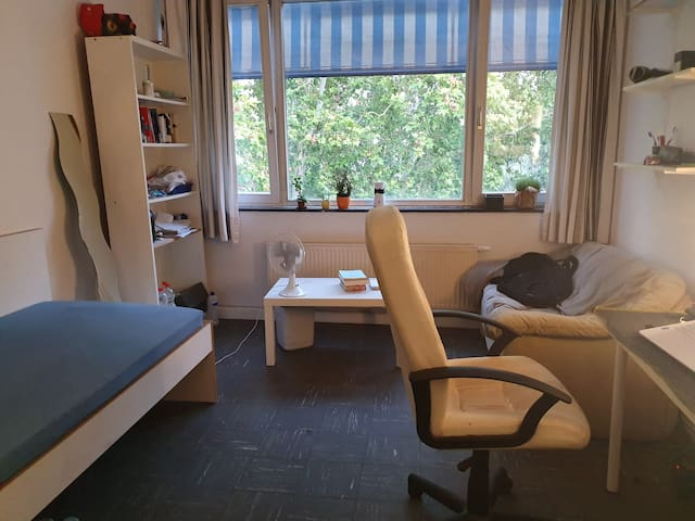 A room in a Dorm, Near to Messe, HBF and City
