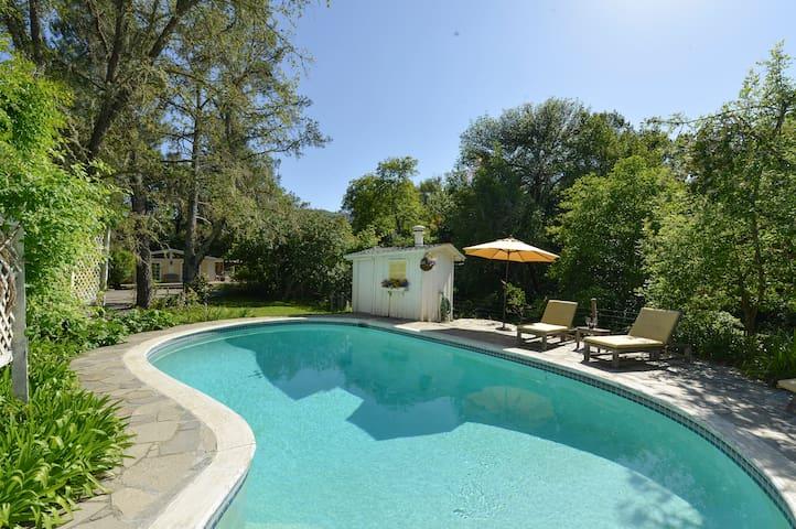 Romantic Sonoma Creek Cottage With Pool & Hot tub