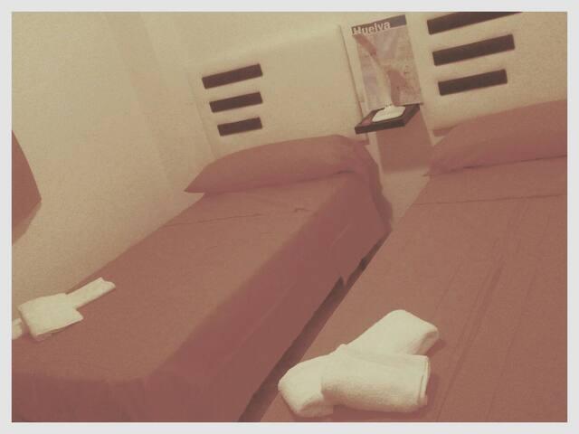 Double room with two beds/ Habitación amplia con dos camas individuales