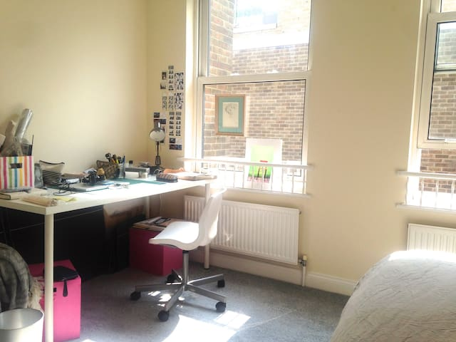 Big and bright Double Bedroom near Old Street - Lontoo - Talo