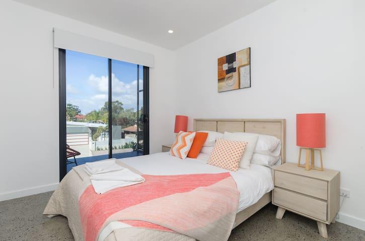 Sunset Apartments  - Orange 1st - 100m to shops!