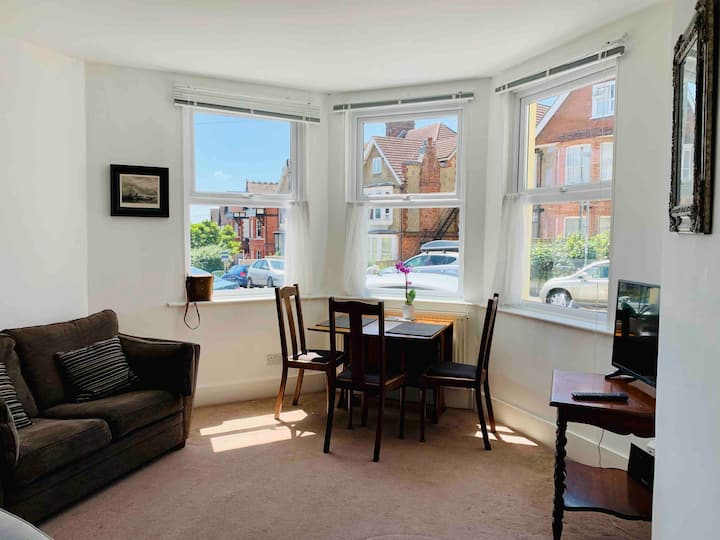 Stylish & spacious flat, unwind by the seaside 🌞