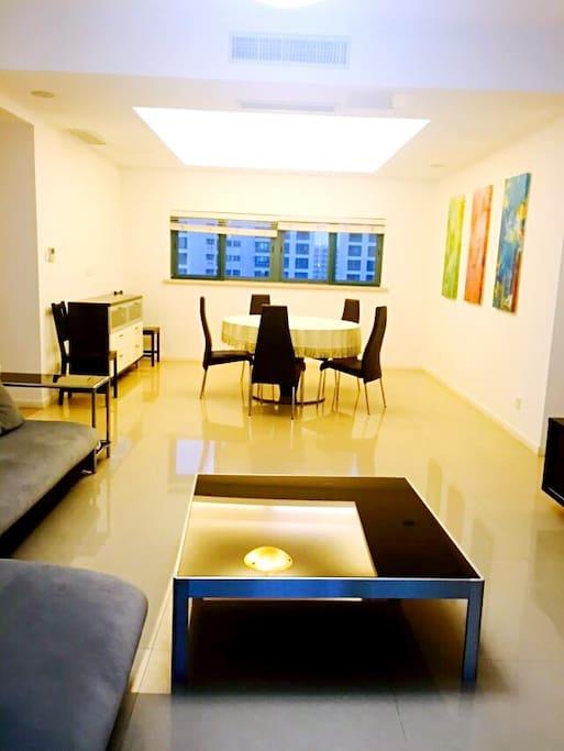 客厅光线明亮,装修美观,家具齐全