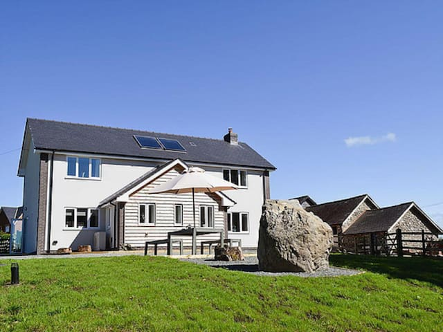 Modern, spacious holiday cottage in Mid Wales - Llanyre - Huis