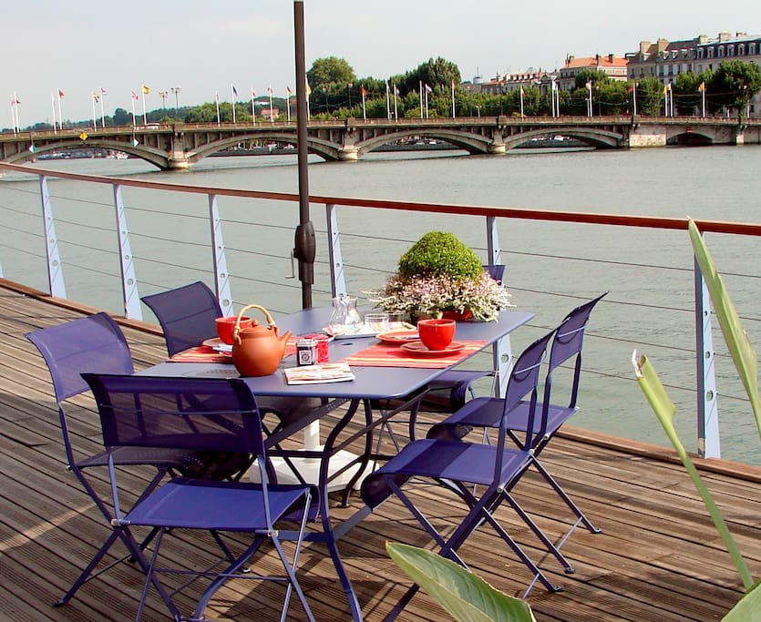 Petits- déjeuners ensoleillés en terrasse
