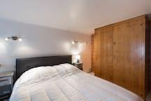 Chambre hyper confortable avec ses placards ou le bois qui habillait les cabines de navire corsaire nous transmet son parfum.