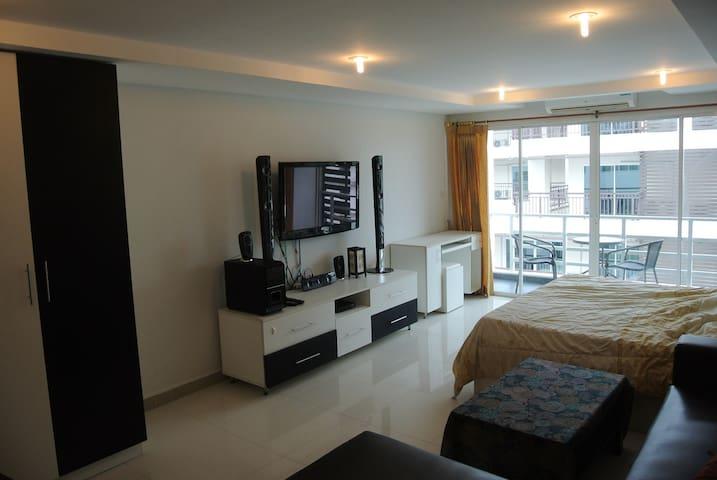 B&M3,703)Big,clean corner room near to beach. - banglamung - Daire