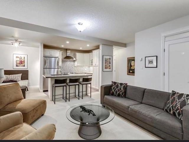 Executive 2 bed, 2 bath suite -Bridgeland/Downtown