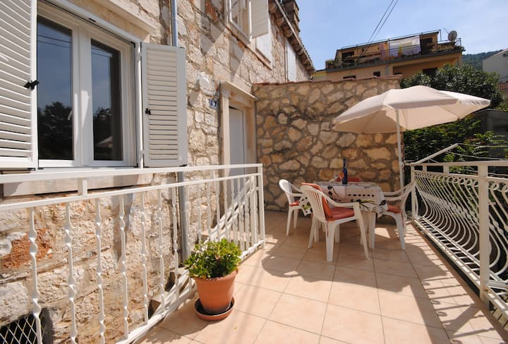 Two-bedroom apartment close to the centre and port