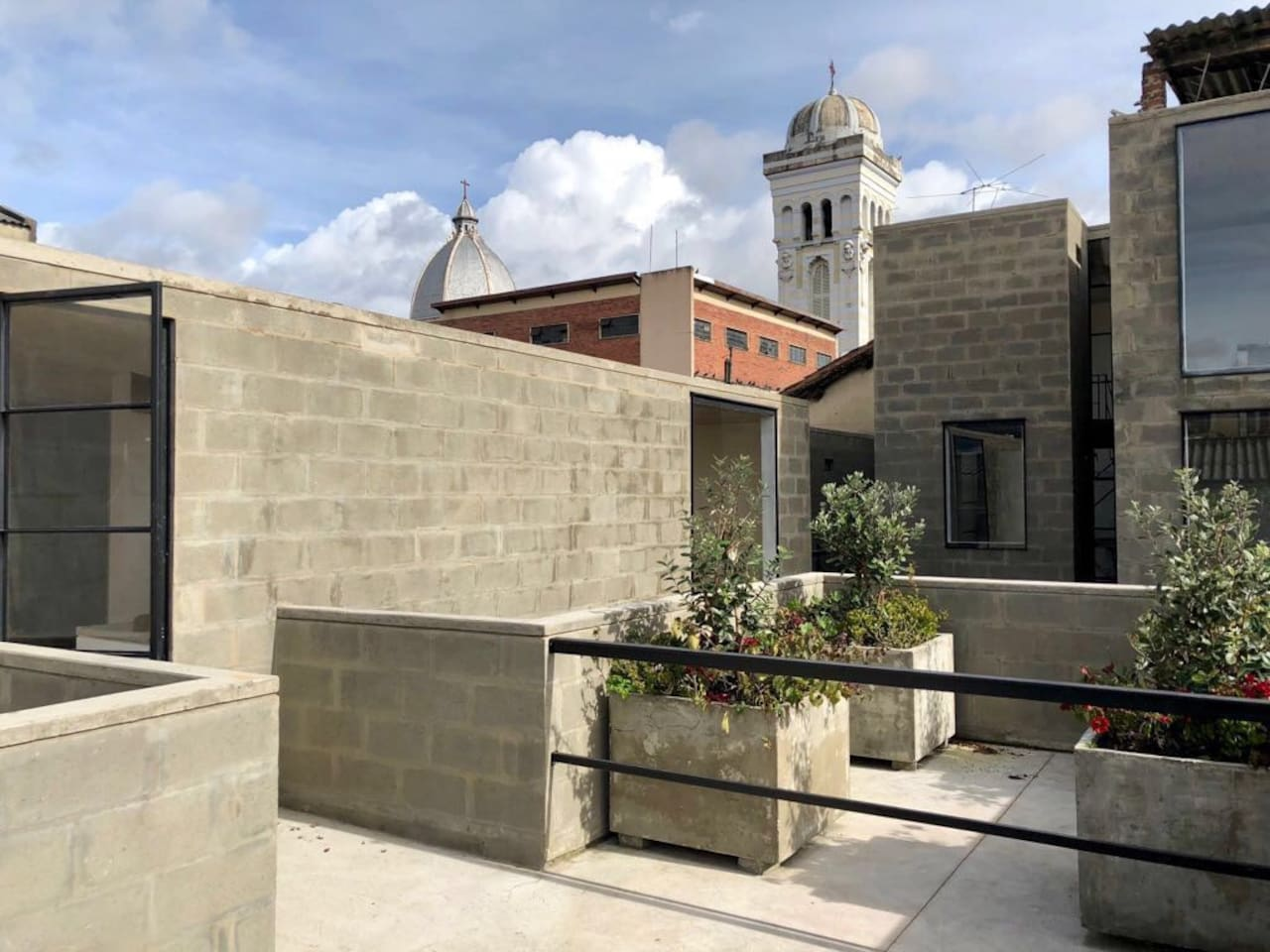 Desde la terraza de este hermoso apto se pueden ver las cúpulas de Iglesias famosas en el centro de Bogota al igual que el cerro de Monserrate. ( This apartment is located in the historic center of Bogota five blocks away from Plaza de Bolivar, it has a private Terrance from here you may apreciate some of the architecture of the center and also take a look to Monserrate. If you have plans to visit Bogota Old center it could be a great choice.)