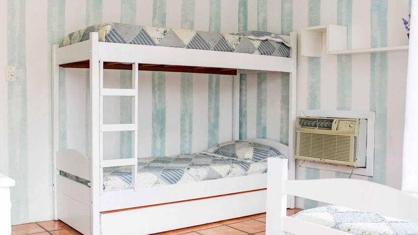 Quarto 2: uma cama de solteiro e um beliche
