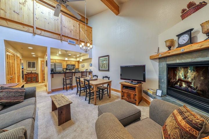Condo with shared pool, tennis and hot tubs - near skiing!