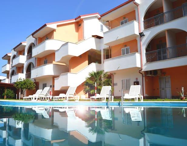 Appartamento su Spiaggia Piscina Aria Condizionata - Marina di Mandatoriccio - Leilighet