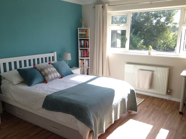 Sunny double country cottage Gatwick/London nearby