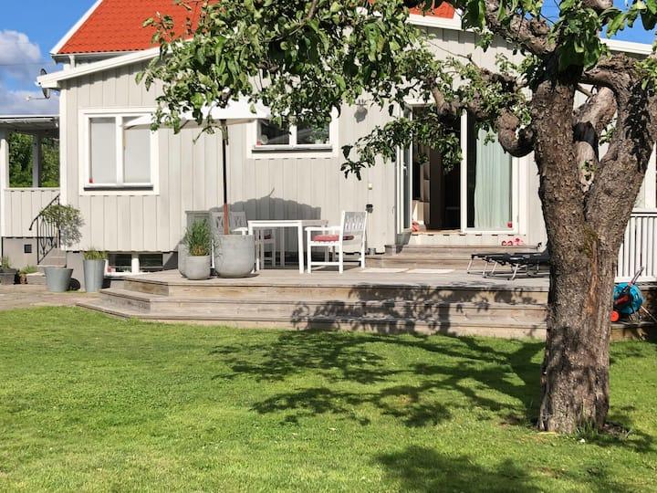 Hus med privat trädgård 20 min från city