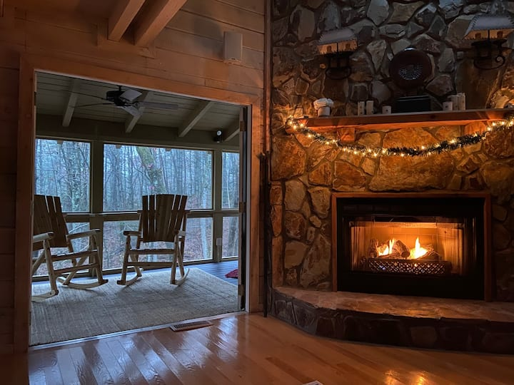 Cabin 5 Min Town*Arcade*Fireplaces*Jacuzzi*Firepit