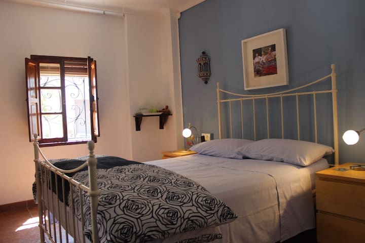Casa La Nuez, 1 room, bathroom, WiFi, pool - La Carrasca - Bed & Breakfast