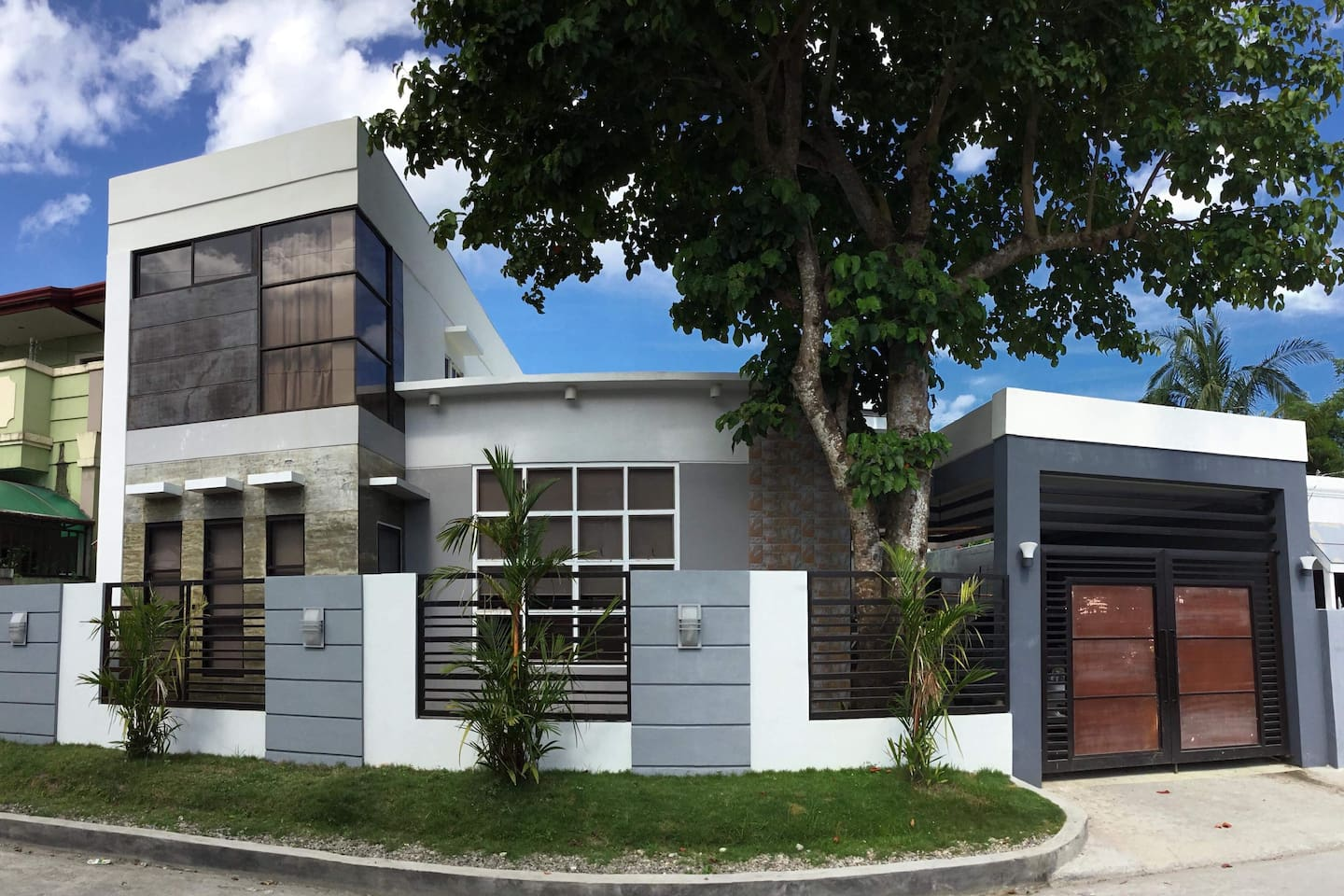 V AND GS' GUESTHOUSE 9 Bedrooms and 7 Bathrooms.  Room 6 with own bathroom for Rent  DZR Airport - 15 mins drive  Robinson's Mall - 7 mins drive  Puregold Store - 5 mins walk Catholic Church - 5 mins walk RTR Hospital - 10 mins walk RTR/DVOREF School - 10 mins walk