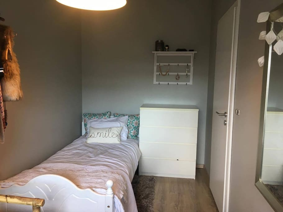 Room 1 with single bed