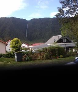 Maison de La Plaine - vue sur montagne et cascade