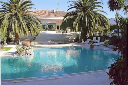 Casa com jardins e piscina - Folgosa