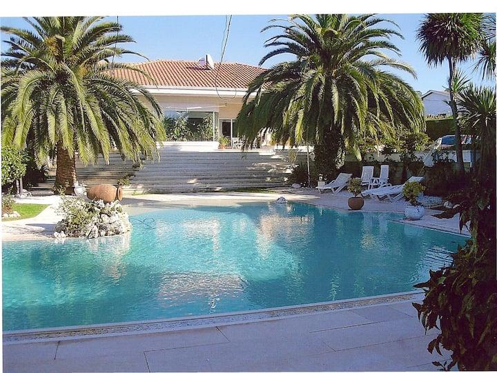 Casa com jardins e piscina