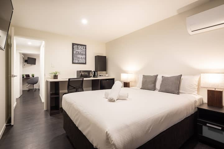 Ascot Budget - Modern 2 Bedrooms with Balcony